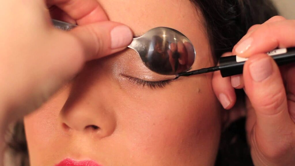 spoon wing eyeliner hack